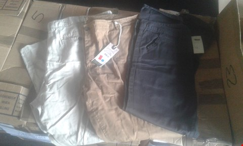 Lot 7044 APPROXIMATELY 23 X MIXED MENS TROUSERS TO INCLUDE ASSORTED HOXTON CHINOS