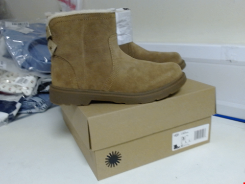 Lot 3098 BRAND NEW UGG K LYNDE BOOTS SIZE 2
