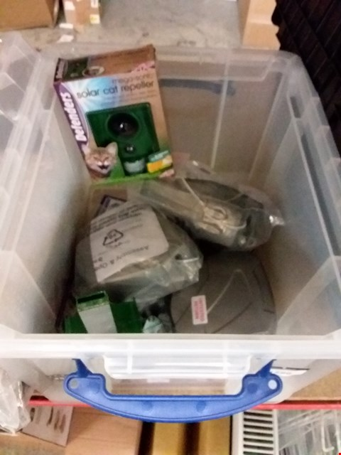 Lot 11586 LOT OF 5 TO INCLUDE STORAGE BOX, CAT REPELLER AND WASHING LINES
