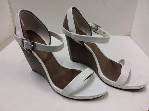 Lot 9052 BOXED ARMANI JEANS STYLE LADIES BLOCK HEELED SHOES - WHITE SIZE 4