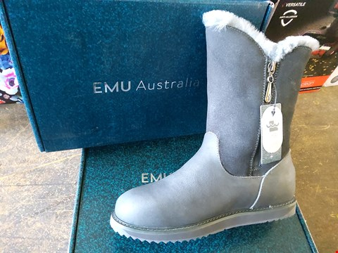 Lot 70 BOXED EMU AUSTRAILIA MID LENGTH GREY BOOTS SIZE 7
