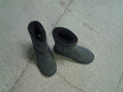 Lot 2387 EMU STING BOOTS