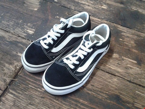 Lot 6770 BOX OF A PAIR OF VANS OLD SKOOL CHILDRENS SHOES SIZE 9 BLACK AND WHITE RRP £48