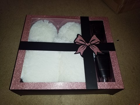 Lot 441 BRAND NEW INDULGENCE COLLECTION LUXURY FOOT PAMPER KIT AND DELUXE SCULPT AND BLEND MAKE UP BRUSH SET RRP £62.00