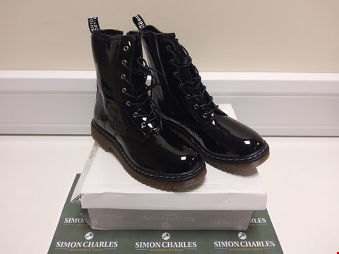 Lot 3013 BOXED PAIR OF TRUFFLE COLLECTION SIZE 6 BLACK BOOTS