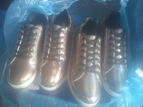 Lot 7051 BAG OF APPROXIMATELY 10 ASSORTED ITEMS OF FOOTWEAR TO INCLUDE JCM TRAINERS STANDARD FIT IRIDESCENT TRAINERS