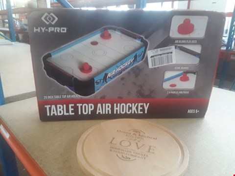Lot 427 A LOT OF 2 ITEMS TO INCLUDE PERSONALISED CHOPPING BOARD AND TABLE TOP AIR HOCKEY GAME RRP £45