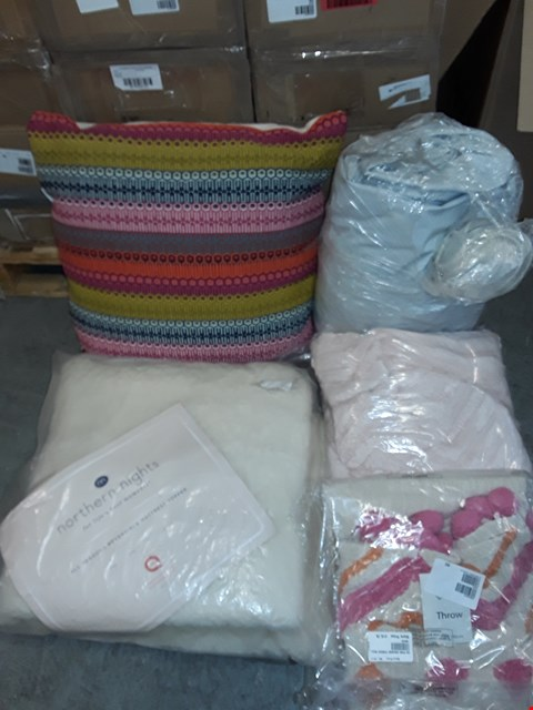 Lot 300 LOT OF 5 ASSORTED HOMEFABRIC ITEMS TO INCLUDE MATTRESS TOPPER, FILLED CUSHION AND THROW