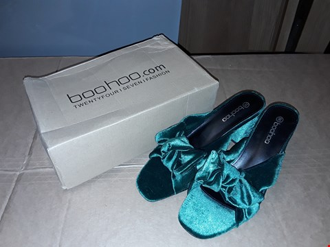 Lot 4 BOXED BOOHOO EMERALD SIZE 8 UK/41 EUR VELVET BOW FLARED HEEL MULE WOMENS (DAMAGED BOX)