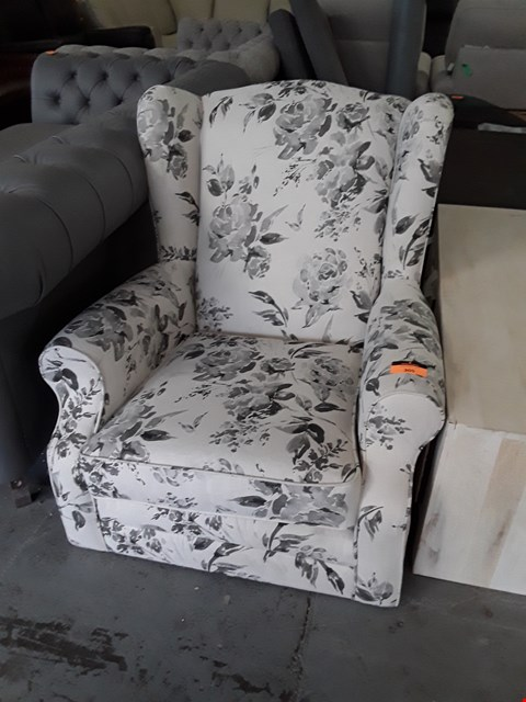 Lot 136 QUALITY BRITISH DESIGNER HIGHLAND NATURAL FLORAL FABRIC WINGED EASY CHAIR