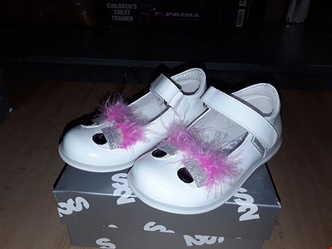 Lot 12401 BOXED STEP2WO GLOSSY WHITE EYES FEATURE VELCRO STRAPS SHOES UK SIZE 7 JUNIOR