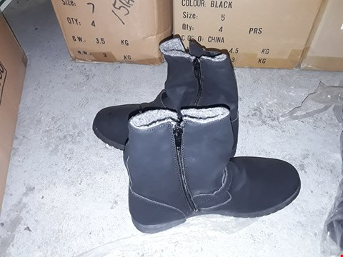 Lot 2218 A BOX TO CONTAIN 4 BRAND NEW SIZE 7 FUR SHEARLING BOOTS BLACK  RRP £80