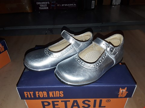 Lot 12511 BOXED PETASIL BELLA SILVER LEATHER BUCKLE SHOES UK SIZE 7 JUNIOR
