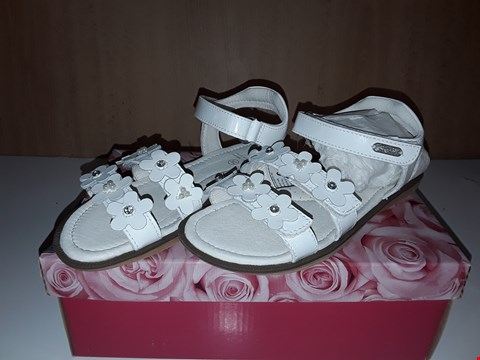 Lot 12758 LELLI KELLY BOXED ALIA WHITE FLORAL DETAIL VELCRO SANDALS UK SIZE 3.5