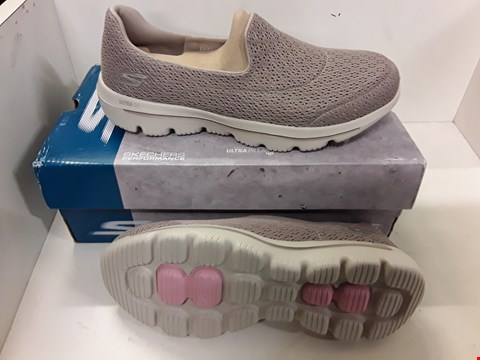 Lot 4011 PAIR OF DESIGNER SHOES IN THE STYLE OF SKECHERS ULTRA GO SIZE UK 5