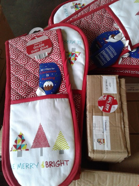 Lot 7706 A BOX OF ASSORTED ITEMS TO INCLUDE A BE MERRY & BRIGHT DOUBLE OVEN GLOVE AND A SET 2 PENGUIN MUG SET