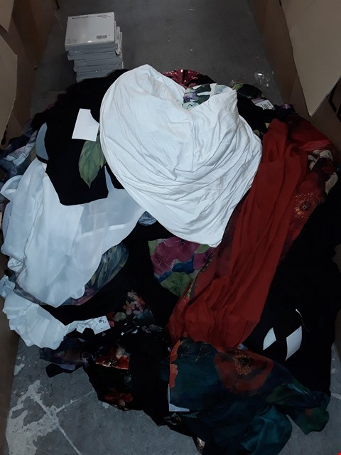 Lot 315 LOT OF APPROXIMATELY 120 ASSORTED CLOTHING ITEMS IN VARIOUS SIZES