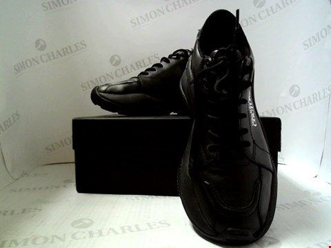 Lot 559 PAIR OF DESIGNER VERSACE JEANS COUTURE BLACK LEATHER TRAINERS SIZE EU 42