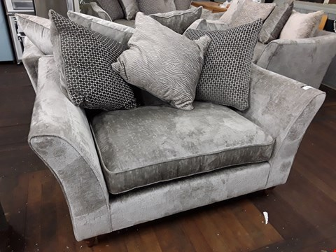 Lot 2104 QUALITY BRITISH DESIGNER AVALON SILVER FABRIC SNUGGLE CHAIR WITH SCATTER CUSHIONS