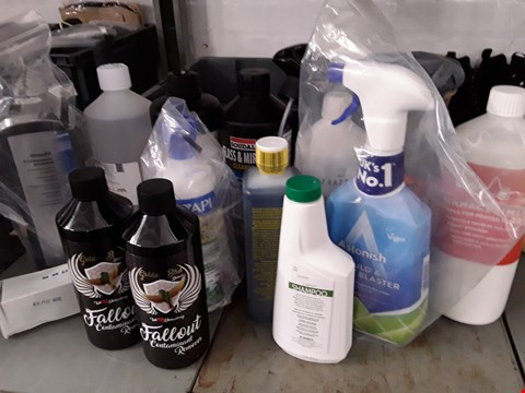 Lot 33 BOX OF APPROXIMATELY 14 ASSORTED ITEMS TO INCLUDE CARPET SHAMPOO, GLASS CLEANER ETC