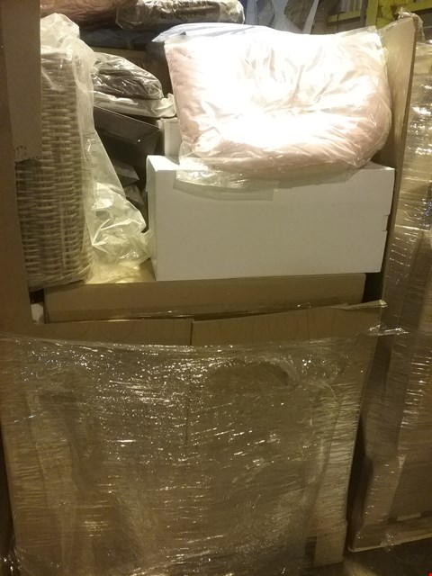 Lot 6043 LARGE PALLET OF ASSORTED ITEMS INCLUDING CUIBIRD LAPTOP BACK PACS, GARDEN SHEARS, WICKER UMBRELLA STAND, JOBY GORILLAPOD STANDS, FIBRE OPTICS CHRISTMAS TREES, INFLATABLE OUTDOOR MOVIE SCREENS 16', CON