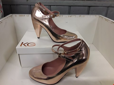 Lot 4114 PAIR OF DESIGNER GOLD LEATHER LADIES COURT SHOES IN THE STYLE OF KURT GEIGER SIZE EU 40