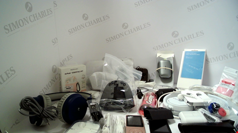 Lot 18101 LOT OF APPROXIMATELY 43 ASSORTED ITEMS TO INCLUDE HEADPHONES AND ACCESSORIES ETC