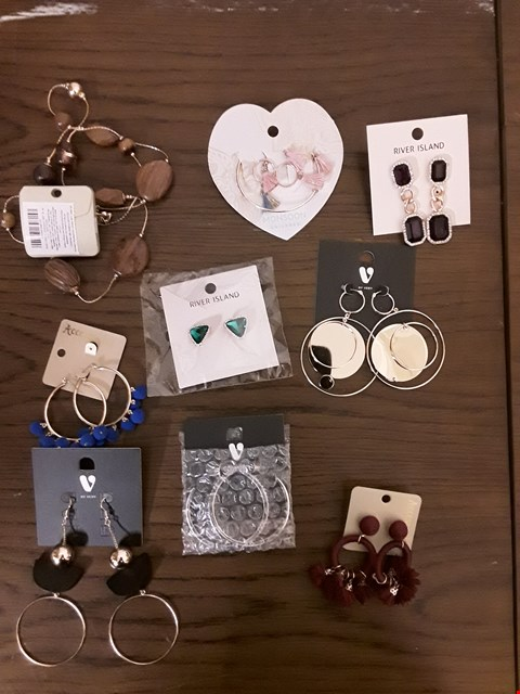 Lot 2281 LOT OF APPROXIMATELY 9 ASSORTED JEWELLERY ITEMS TO INCLUDE RIVER ISLAND GREEN GEM EARRINGS, ACCESSORIZE BURGUNDY FLOWER POM RING EARRINGS, ARLA RHINESTONE SILVER HOOP EARRINGS ETC
