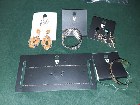 Lot 4211 LOT OF 5 ASSORTED JEWELLERY items TO INCLUDE CROCODILE EARRINGS, SNAKE BANGLE, STAR NECKLACE