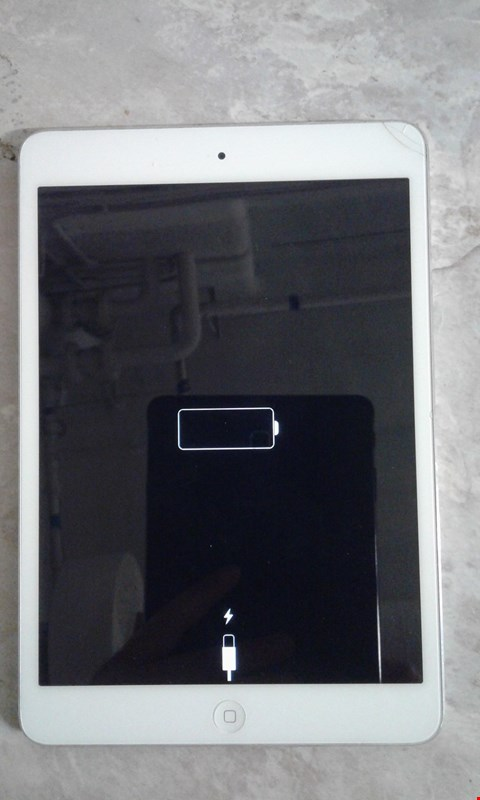 Lot 9330 APPLE IPAD MINI SILVER A1432