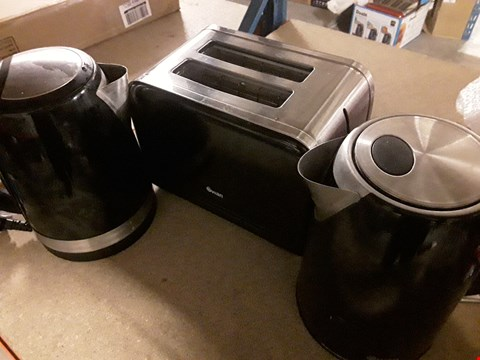 Lot 72 LOT OF 3 ITEMS TO INCLUDE 2 SWAN KETTLES AND A 2 SLICE TOASTER RRP £64.99