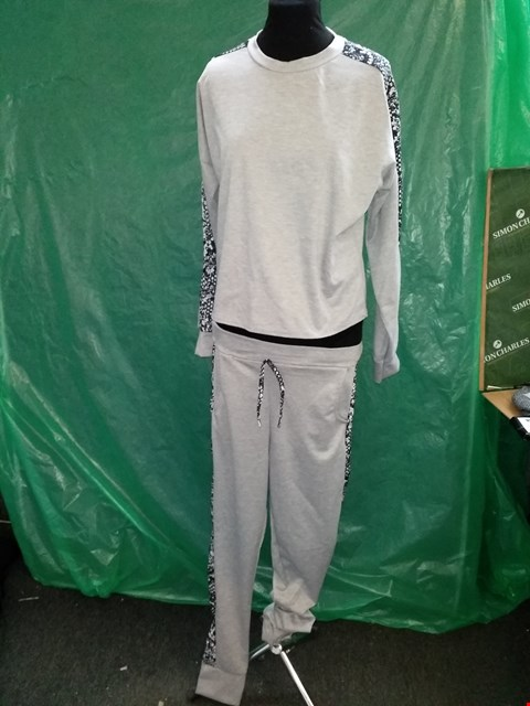 Lot 4123 I SAW IT FIRST GREY/BLACK JOGGING SWEATSHIRT AND BOTTOMS - SIZE MEDIUM/LARGE