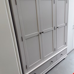 Lot 1007 DESIGNER NORMANDY GREY TRIPLE DOOR WARDROBE ON 2 DRAWER BASE