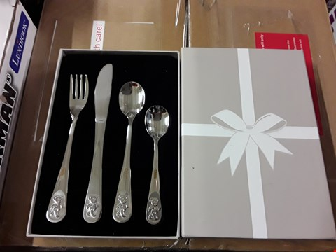 Lot 1070 LOT OF 2 ITEMS TO INCLUDE PERSONALISED TEDDY CUTLERY, MODERN KITCHEN LARGE ACACIA CHOPPING BOARD RRP £45