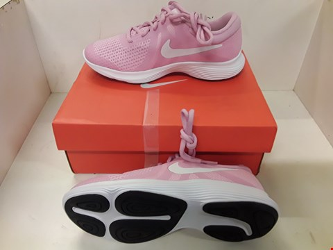 Lot 4058 PAIR OF DESIGNER TRAINERS IN THE STYLE OF NIKE REVOLUTION 4 GS SIZE UK 3