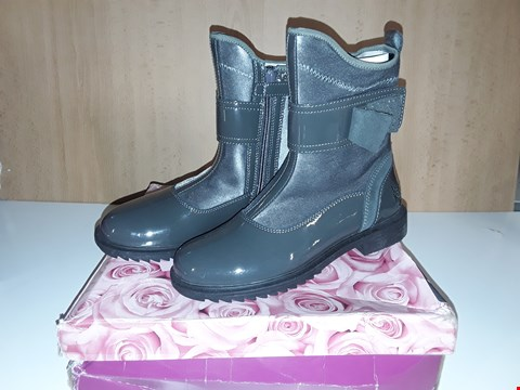 Lot 12699 BOXED LELLI KELLY CATHRINE DARK GREY BOW DETAIL BOOTS UK SIZE 1