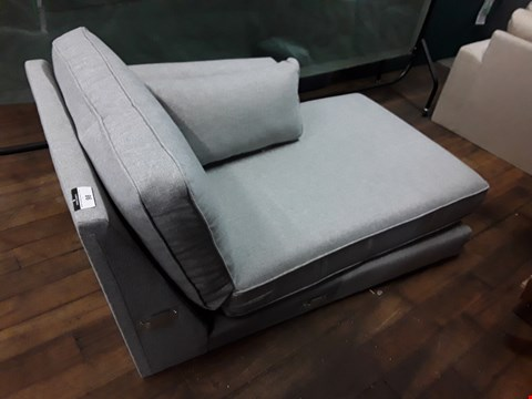 Lot 98 QUALITY DESIGNER BRITISH MADE  FONSBURY LIGHT SILVER  FABRIC CHAISE SECTION WITH BOLSTER CUSHION