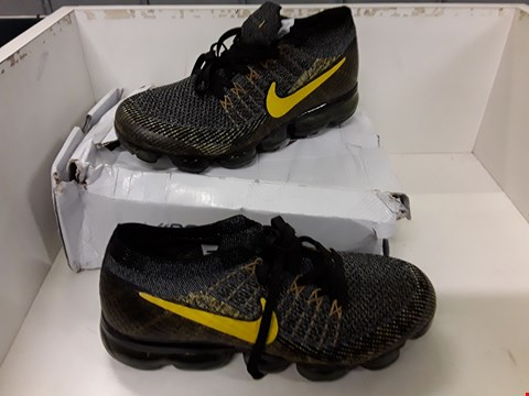Lot 4037 PAIR OF DESIGNER TRAINERS IN THE STYLE OF NIKE AIR VAPORMAX FLYKNIT SIZE UK 7