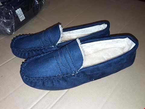 Lot 153 LOT OF APPROXIMATELY 10 PAIRS OF NAVY FUR LINED MOCASSIN SLIPPERS - UK SIZE 9