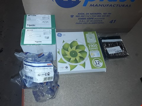 Lot 7972 BOX OF ASSORTED ELECTRICAL ITEMS TO INCLUDE 10 DEGREES SURFACTANT SOCKET OUTLET, GE 1900 LUMEN CIRCULAR LIGHT AND CONDUIT ENTRY BOX