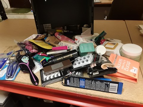 Lot 9012 TRAY OF APPROXIMATELY 60 ITEMS OF ASSORTED BEAUTY PRODUCTS INCLUDING, ORAL BATTERY TOOTHBRUDH, EYELASHES, HAIR BRUSH, LOREAL CLEANSING WIPES, FALSE NAILS, (TRAY NOT INCLUDED)