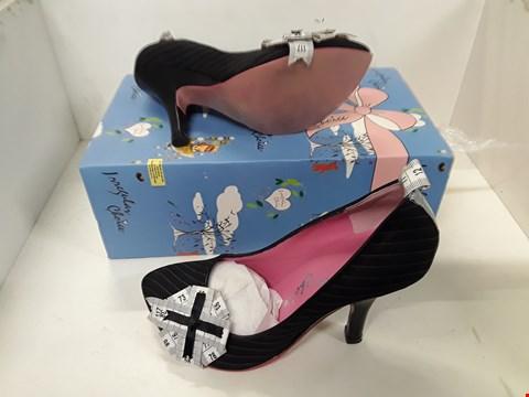 Lot 4115 PAIR OF DESIGNER BLACK AND PINK COURT SHOES IN THE STYLE OF IRREGULAR CHOICE SIZE UK 5