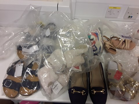 Lot 3135 BOX OF APPROXIMATELY 18 ASSORTED ITEMS OF FOOTWEAR