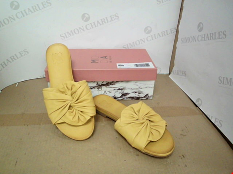 Lot 10811 BOXED MODA IN PELLE YELLOW FAUX LEATHER SLIP ON SANDALS SIZE 40
