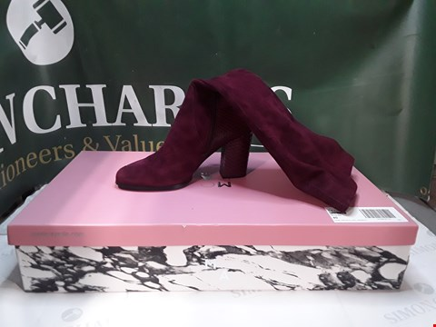 Lot 1236 PAIR OF MODA IN PALLE CHAIN TRIM BLOCK HEEL KNEEBOOT RED SUEDE SIZE 40