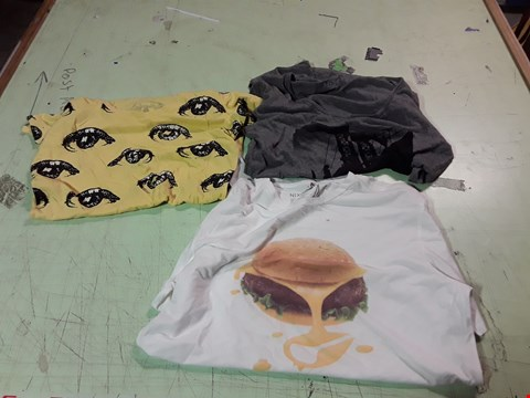 Lot 1765 LOT OF APPROXIMATELY 10 ASSORTED DESIGNER CLOTHING ITEMS TO INCLUDE  A CHEESE BURGER PRINT T-SHIRT M, AN EYE PRINT YELLOW T-SHIRT, A BRIDGE PRINT GREY T-SHIRT ETC