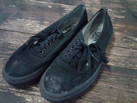 Lot 6774 BOX OF A PAIR OF VANS AUTHENTIC BLACK ON BLACK SHOES SIZE 7 RRP £68
