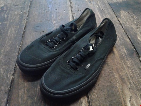 Lot 6909 BOX OF A PAIR OF VANS AUTHENTIC BLACK ON BLACK SHOES SIZE 7 (DAMAGED BOX) RRP £68