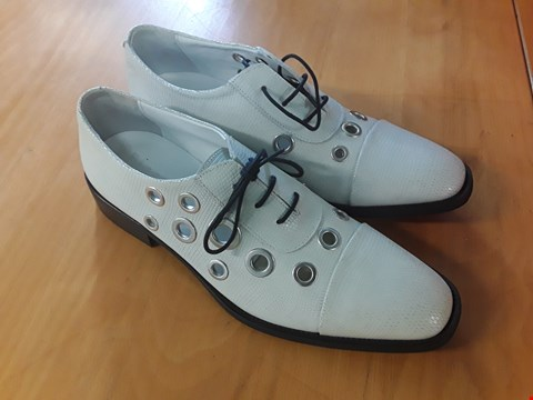 Lot 3 BOXED PAIR OF DESIGNER ECKETT LACE UP OFF WHITE GENTS SHOES IN THE STYLE OF FINERY LONDON SIZE 6 RRP £119