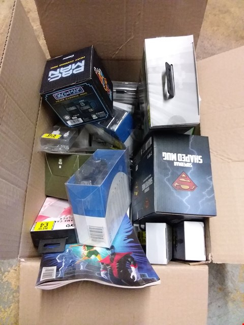 Lot 2275 BOX OF ASSORTED ITEMS TO INCLUDE PAC-MAN HEAT CHANGING MUG, SUPERMAN MUG, VENOM TWIN DOCKING STATION ETC